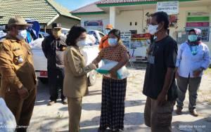 Taty Narang Serahkan Bantuan Korban Banjir