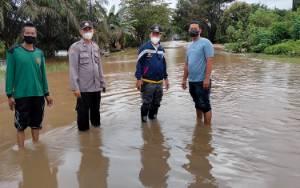 Polres Seruyan Cek Genangan Air di Ruas Jendral Sudirman Km 109