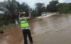 Polres Seruyan Lakukan Rekayasa Lalu Lintas di Ruas Jalan Banjir