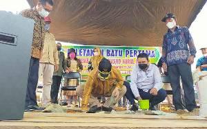 Bupati Kotim Lakukan Peletakan Batu Pertama Pembangunan 3 Rumah Ibadah di Desa Tumbang Puan