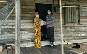 Polwan Polres Kapuas Kembali Salurkan Bantuan Sembako untuk Warga di Tengah Pandemi
