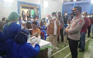 Bupati Barito Timur Tinjau Vaksinasi Massal Pelajar di Ampah