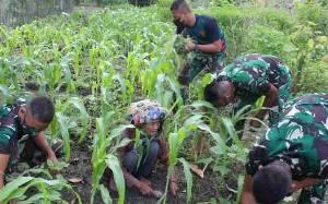 Satgas TMMD Bantu Nenek 78 Tahun Bersihkan Kebun