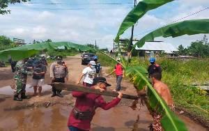 Ditanami Pohon Pisang, Camat Jekan Raya Tinjau Kerusakan Jalan Tingang Induk