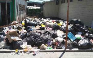 Tumpukan Sampah Mengapung karena Banjir di Flamboyan