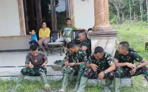 Keakraban Personel TMMD Bersama Warga di Gunung Mas