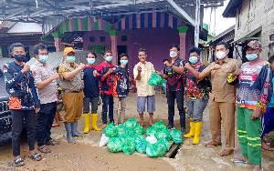 Kepala Pelaksana BPBD Damkar Barito Timur Dampingi Penyaluran Bantuan Dampak Banjir