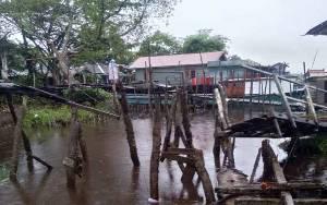 3 Lanting Warga Desa Mentaya Seberang Rusak Diserempet Kapal yang Diterpa Angin Kencang