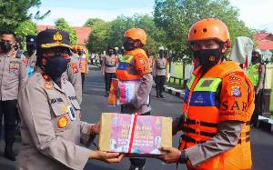 Polisi Wanita Salurkan Ratusan Paket Sembako kepada Warga Terdampak Banjir di Kameloh Baru