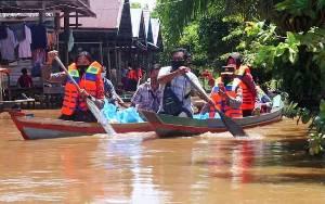Wakapolda Kalteng Salurkan Sembako Gunakan Perahu