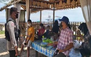 Polsek Pantai Lunci Bersama Warga Patroli di Kawasan Wisata Ingatkan Prokes