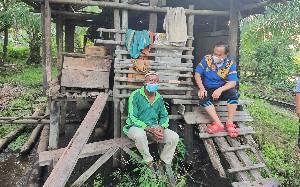 Pria di Seruyan ini Tinggal di Pondok yang Menyatu dengan Kandang Ayam
