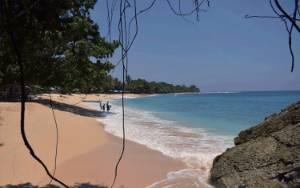 Merenungkan Keagungan Indonesia di Pantai Tertimurnya di Base G