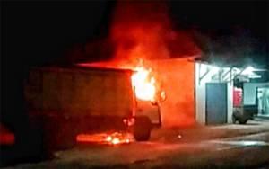 Truk Pengangkut Kayu Terbakar di Halaman Rumah Warga Desa Jaar