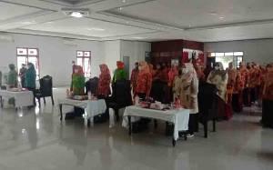 DWP Sukamara Gelar Pelatihan Ekonomi Kreatif Membatik dengan Daun