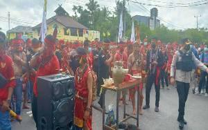 Ratusan Pasukan Merah Demo di Depan Polda Kalteng