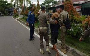 Satpol PP dan Damkar Kapuas Amankan Gepeng di Simpang Tugu Adipura