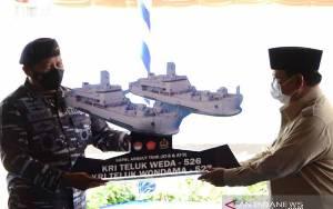 Prabowo Serahkan 2 Kapal Angkut Tank kepada TNI AL