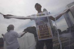 Aktivis yang tergabung dalam Indonesia Malaria Care Foundation melakukan aksi di Jakarta, beberapa waktu lalu.
