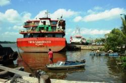 Pelabuhan Panglima Utar Kumai. Sementara jalan ke terminal Tanjung Kalaf pelabuhan Panglima Utar rusak parah.